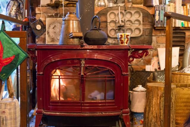 俊太郎さんの自宅に設置された薪ストーブ。暖かさの質感がこんなにも違うなんて!驚きを隠せません。
