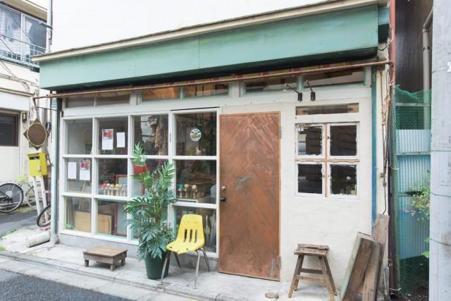greenz.jpの取材の舞台になった複数の店主が交代で登場するシェアカフェ「halahelu」。元々、やきとん屋さんだったそうで、DIYで手を入れて生まれ変わりました。